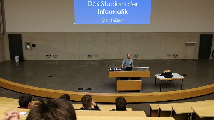 Dirk Thißen in front of interested students